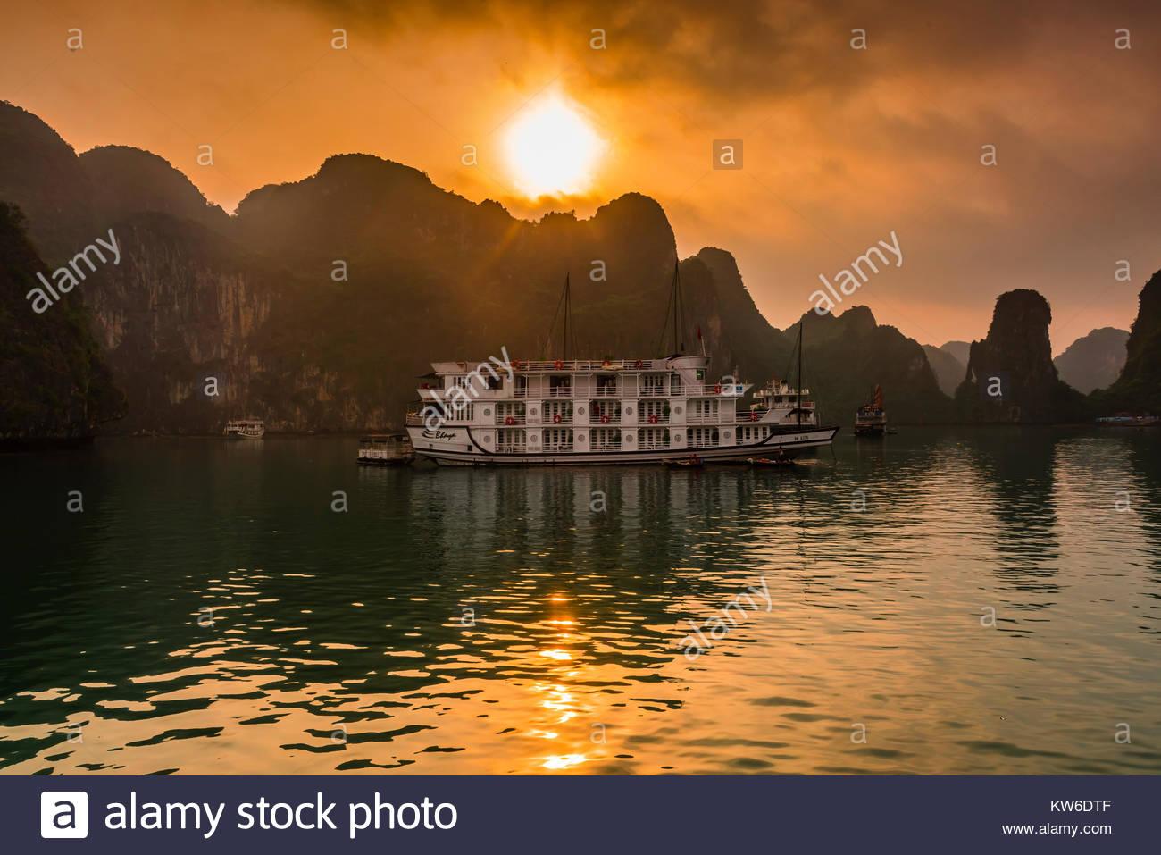 Halong Bay, North Vietnam. Die Bucht verfügt über 3.000 Kalkstein und Dolomit Karste und Inselchen in Stockbild