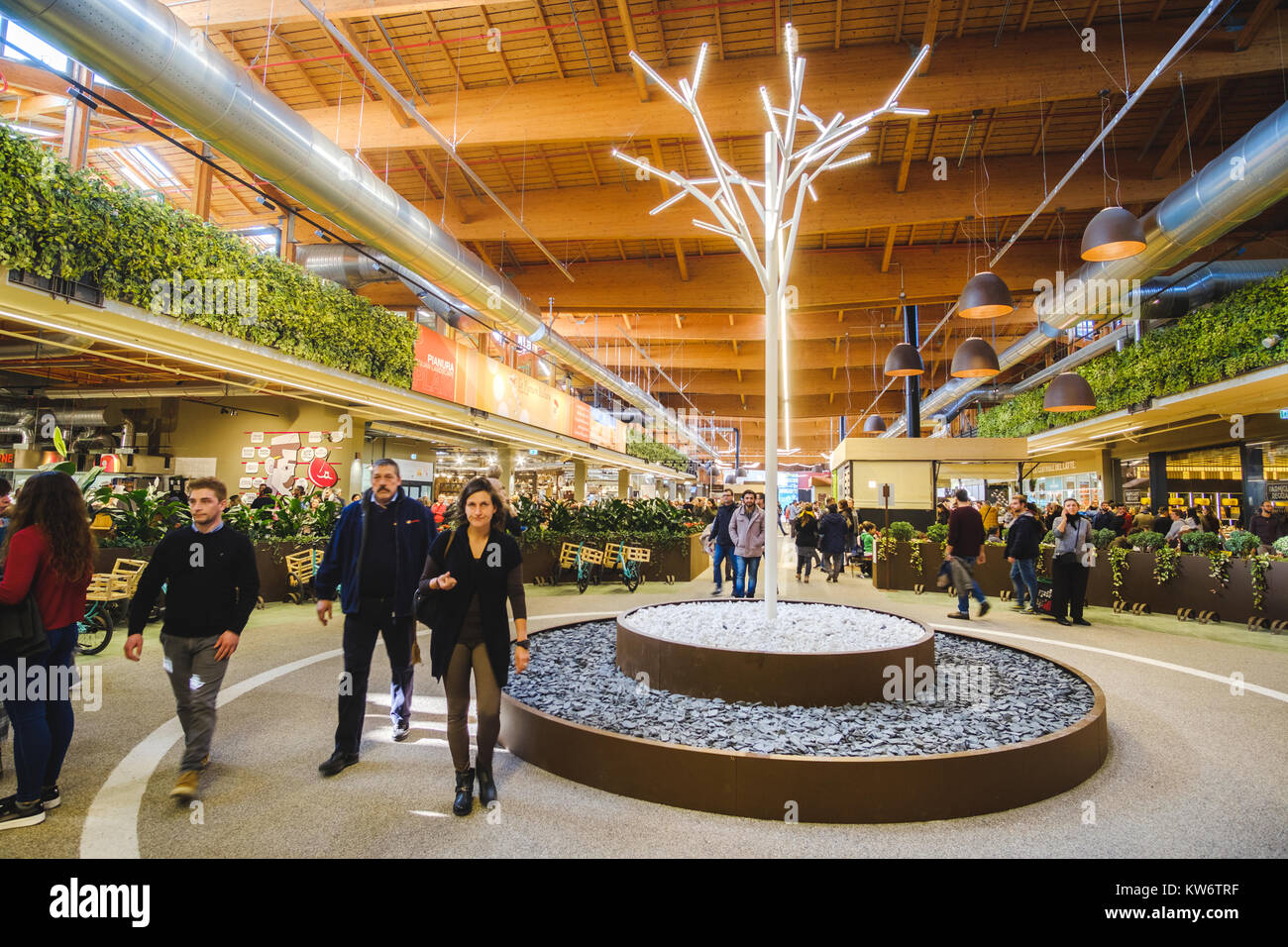 Menschen gehen moderne Interieurs Supermarkt Fico Eataly Welt ...