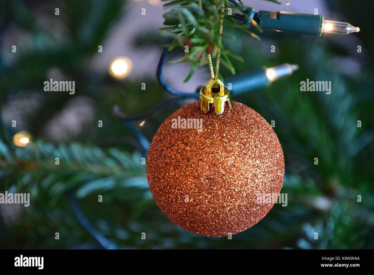 geschm ckten weihnachtsbaum goldene kugel in der n he von. Black Bedroom Furniture Sets. Home Design Ideas