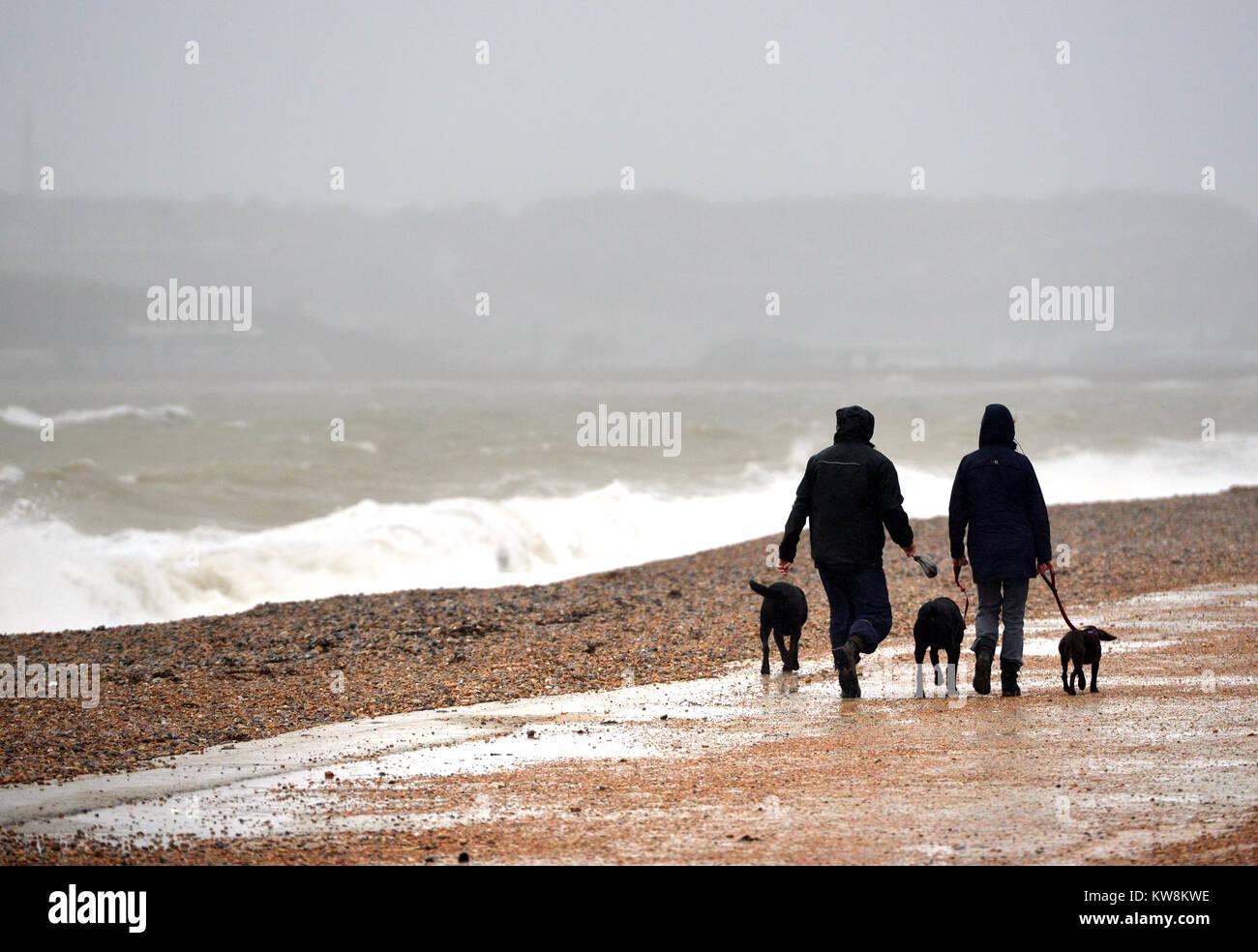 Seaford, East Sussex. 31. Dezember 2017. Jogger und Spaziergänger Hund das Wetter auf Seaford Strandpromenade Stockbild