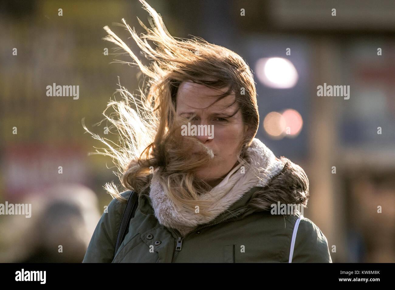 Breezy Außerhalb Der Wind Die Haare Zerzaust Wind Weht Chaos