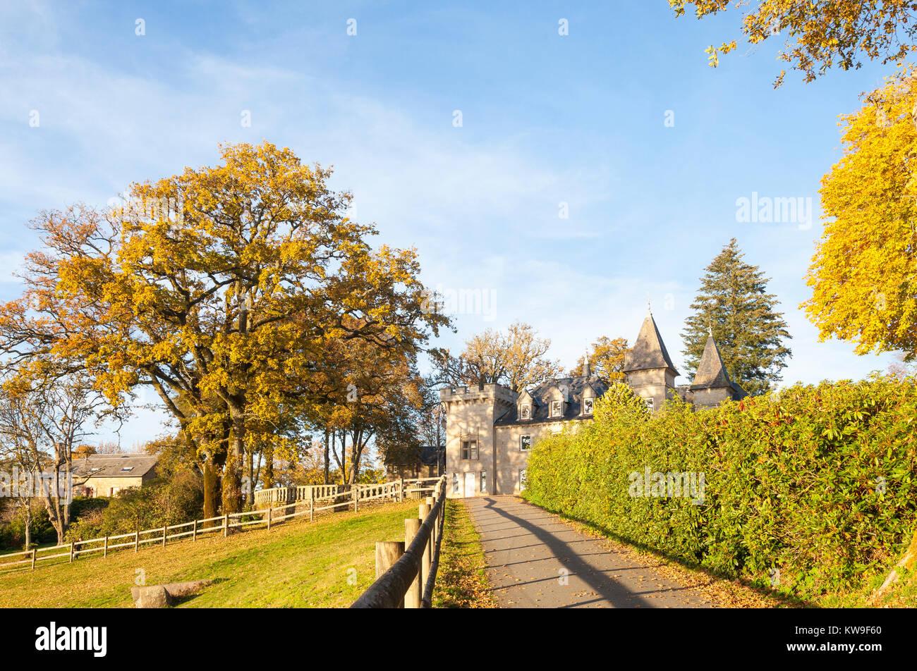 Chateau de Vassivière im Herbst bei Sonnenuntergang, Creuse, Nouvelle-Aquitaine, Frankreich. Stockbild