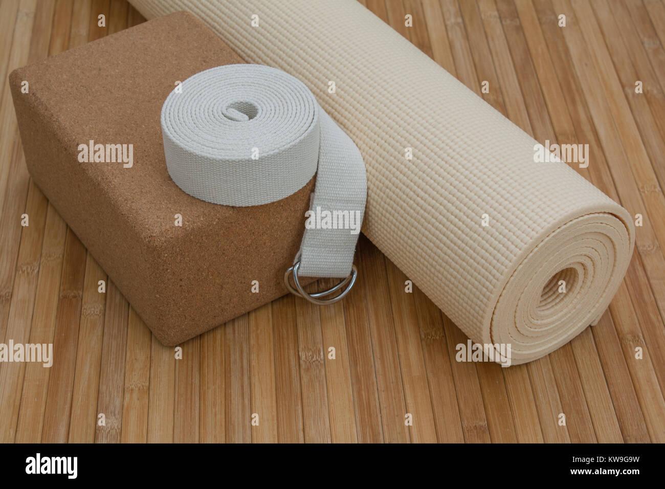 Yoga Zubehor Auf Bambus Matte Boden Bereit Fur Yoga Retreat