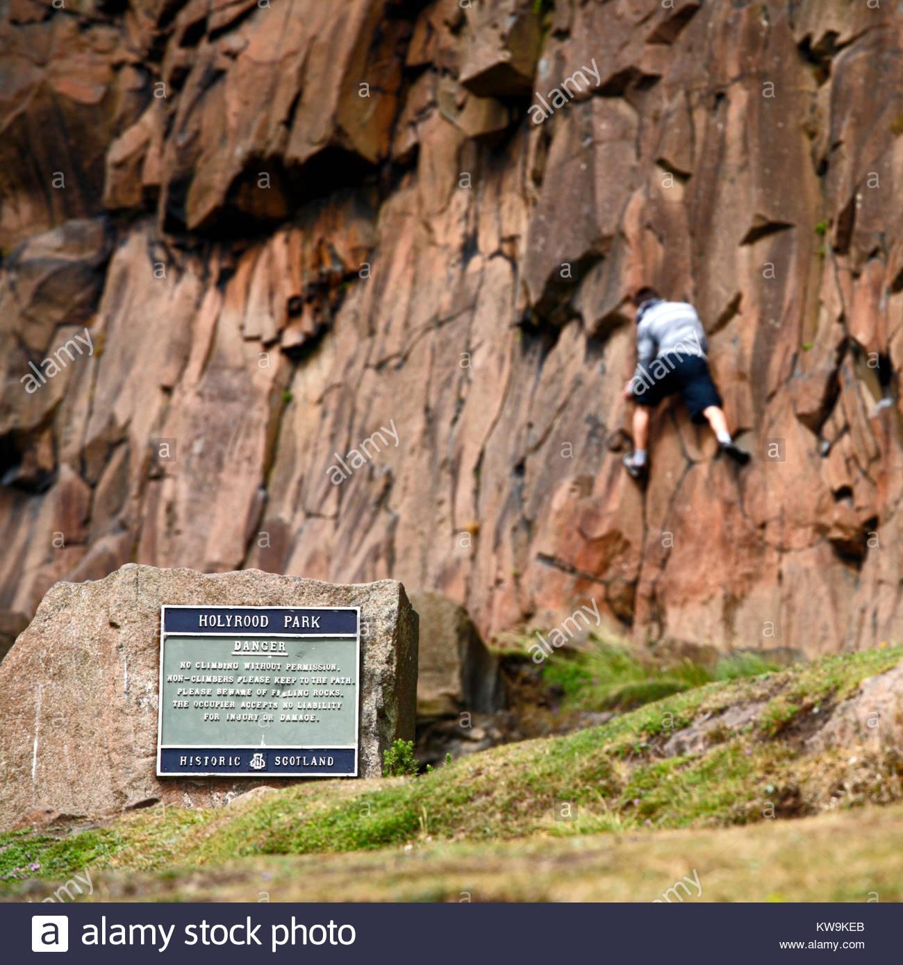 Kletterer ignorieren die Warnzeichen auf Salisbury Crags in Holyrood Park, dem Edinburgh Schottland Stockbild