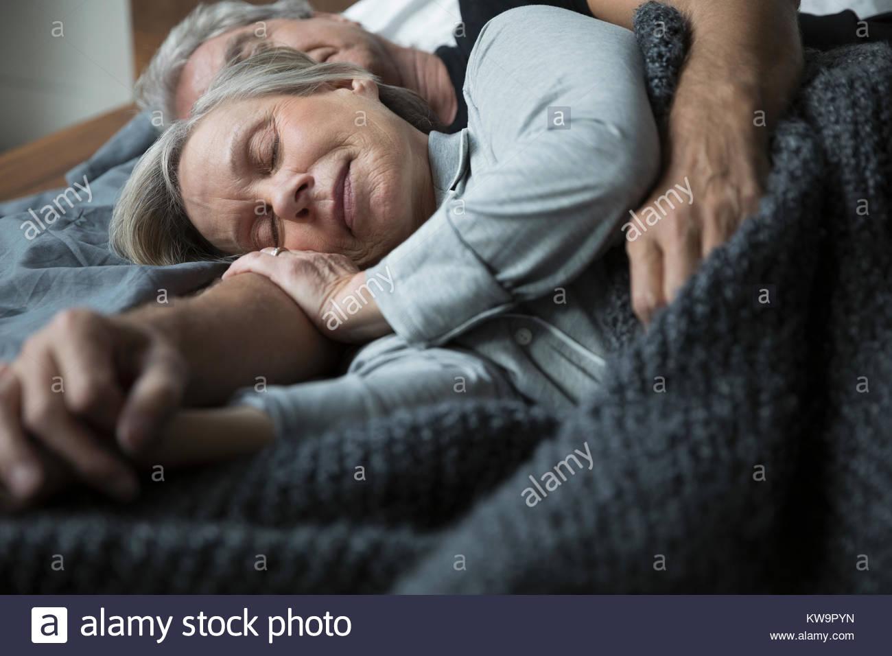 Serene senior Paar schlafen im Bett Stockbild