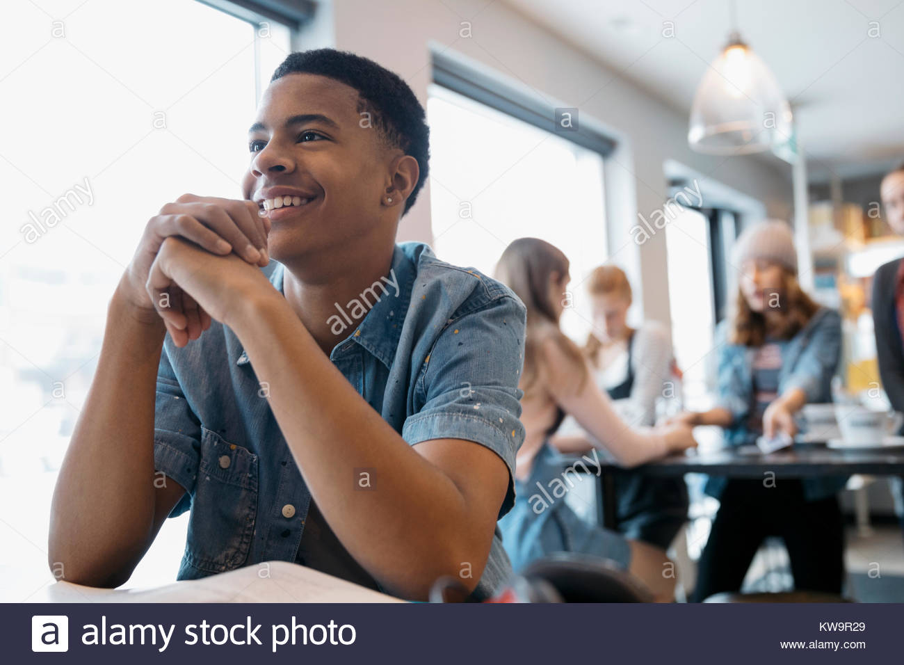 Lächelnd, zuversichtlich, African American High School junge Studenten studieren in Cafe Stockbild