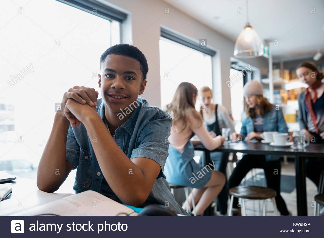 Portrait zuversichtlich African American High School junge Studenten studieren in Cafe Stockbild
