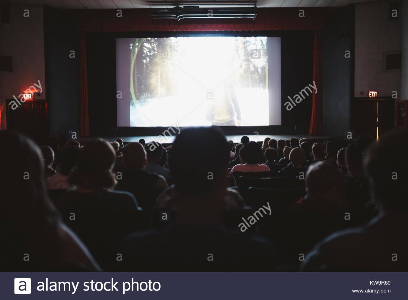 Menschen beobachten Film im dunklen Kino Stockbild