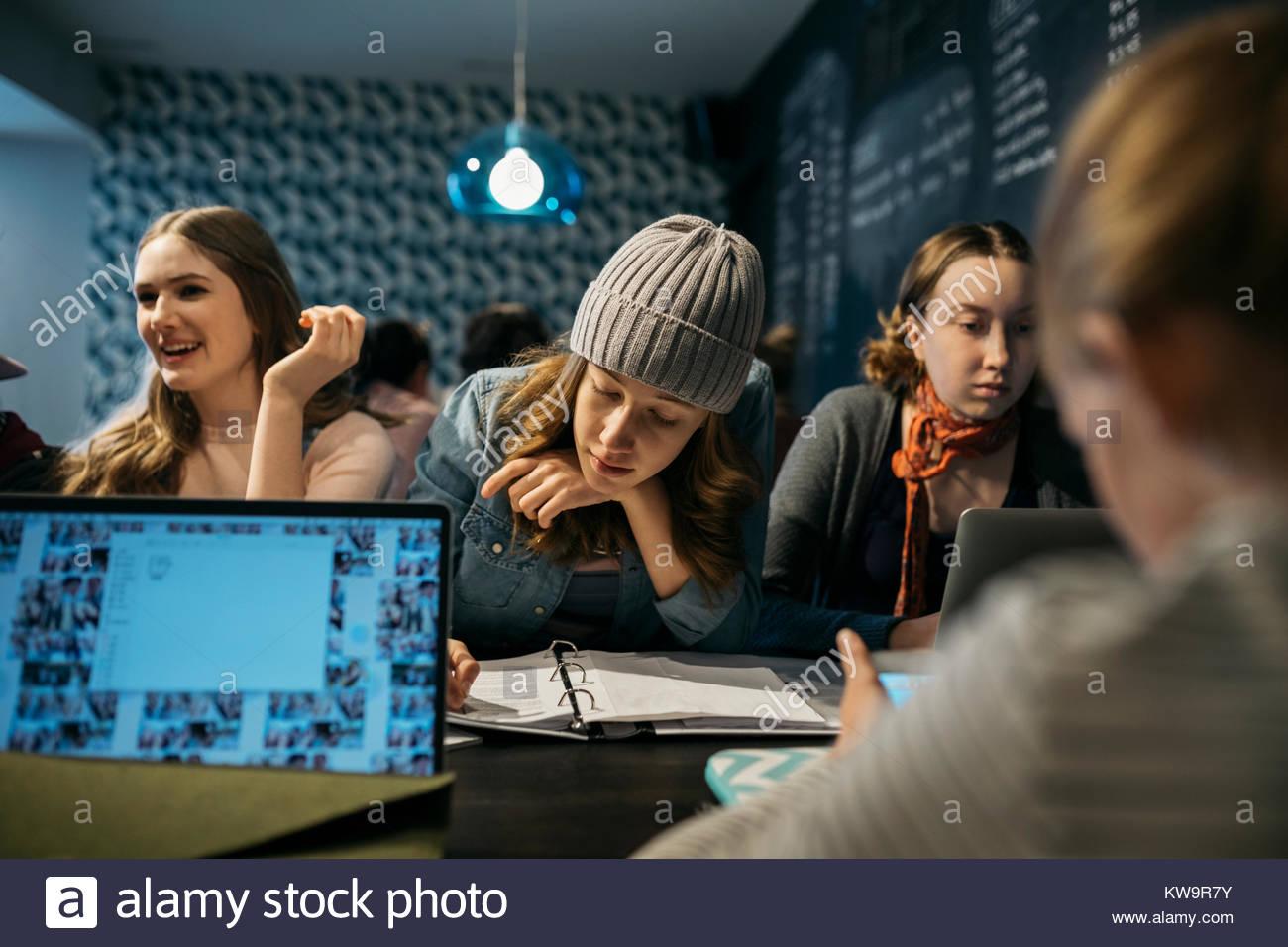 Mädchen High School Studenten studieren in Cafe Stockbild
