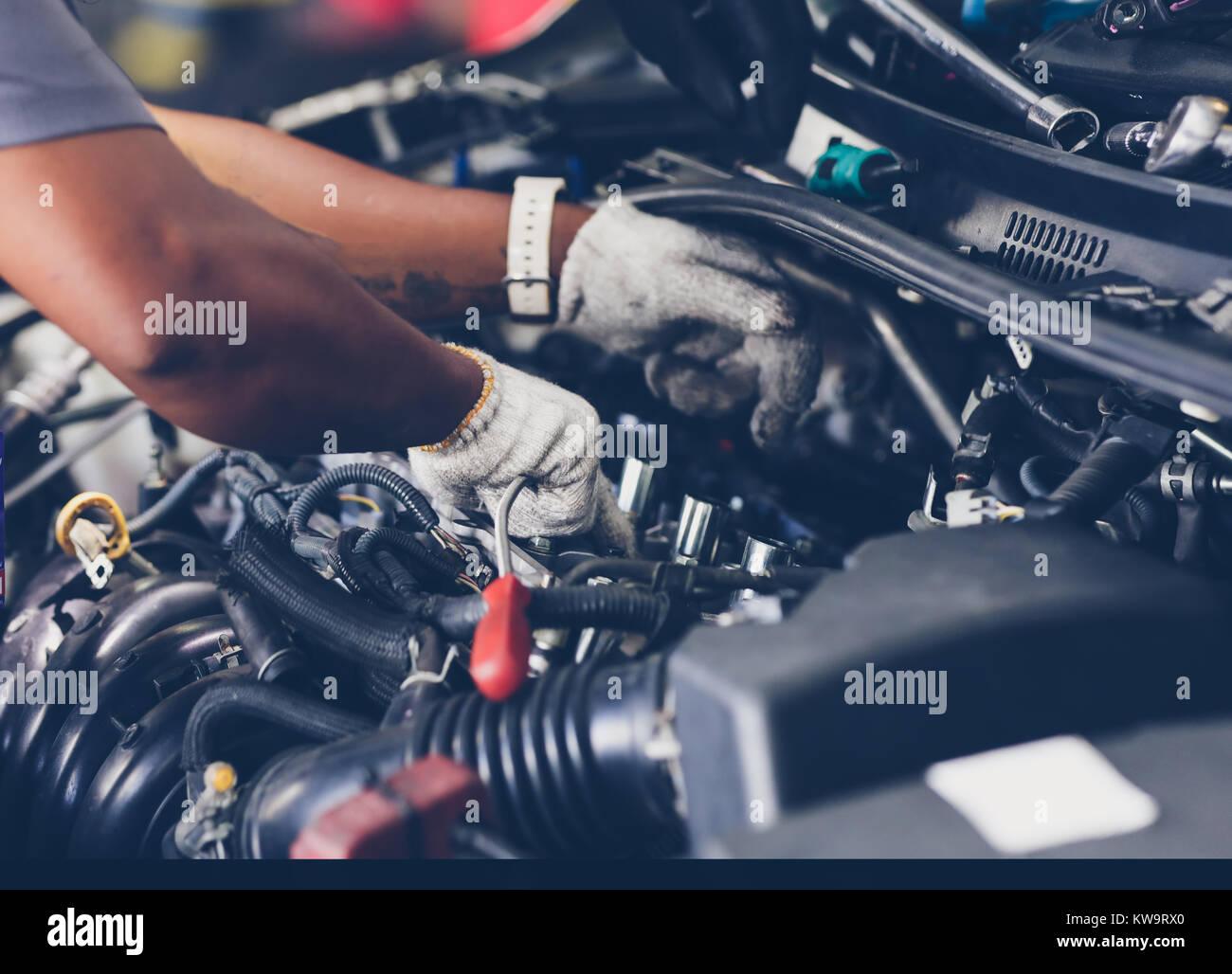 Hände von automechaniker Reparatur Auto. Selektive konzentrieren. Stockbild
