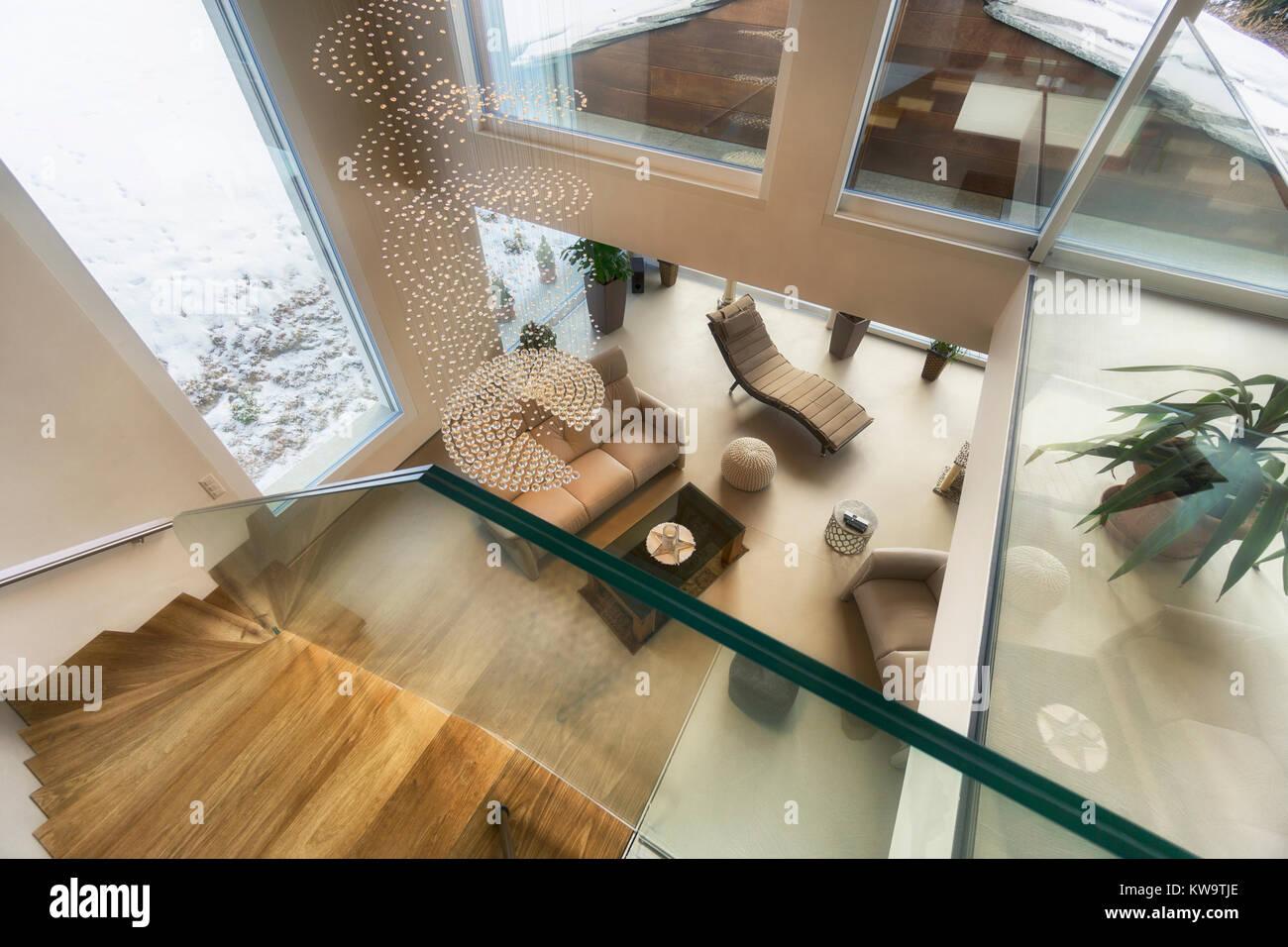 Wohnzimmer von Luxus haus mit Bergblick in modernem Design Stockbild