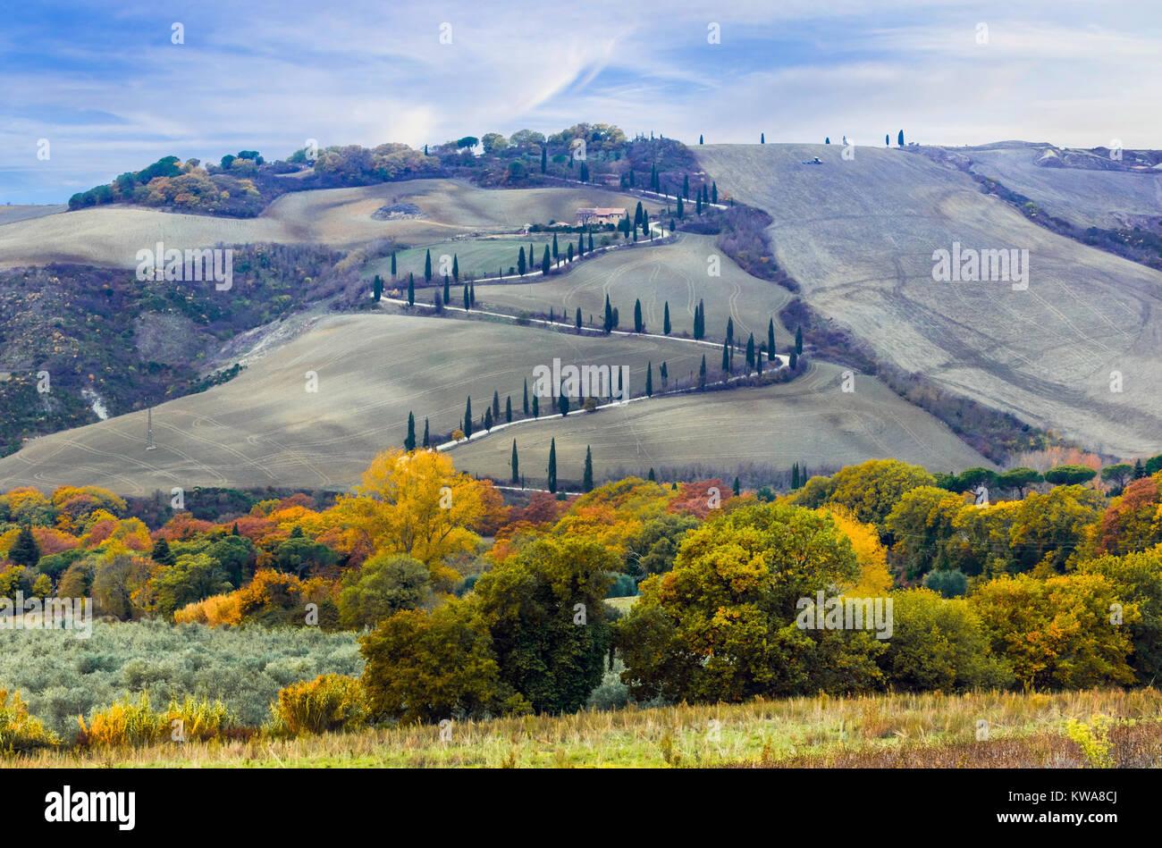 Beeindruckende Herbst Landschaft, Panoramaaussicht, in der Toskana, Italien. Stockbild