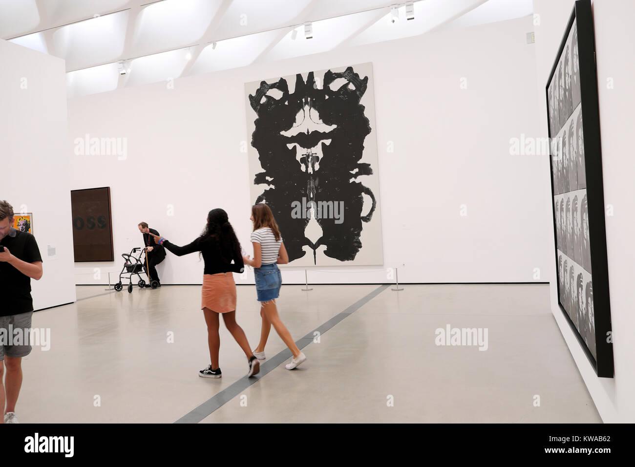 Junge Frauen in der Kunst Anzeige Suche auf die Wände der Galerie an ...
