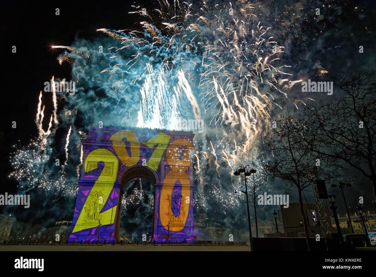 Paris, Frankreich. 1 Jan, 2018. Feuerwerk um Mitternacht wurde von der Oberseite der Triumphbogen am 1. Januar 2018 Stockbild