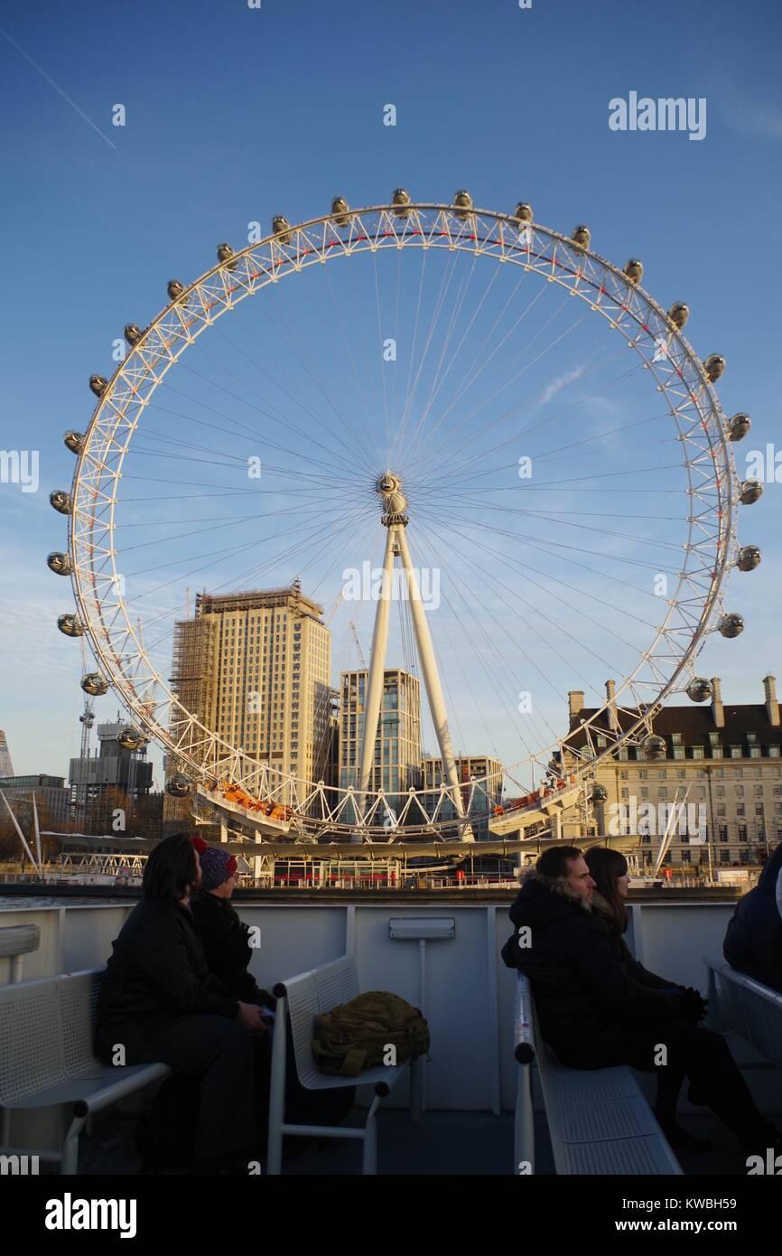 Das London Eye, die riesigen Freitragenden Beobachtung Riesenrad im goldenen Licht des Sonnenuntergangs. Southbank, Stockbild