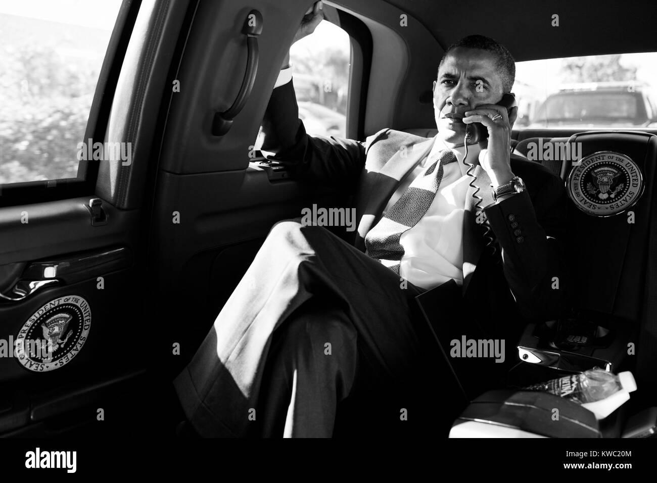 Präsident Barack Obama in einem Konferenzanruf mit Beratern der Aurora, Colorado shootings zu diskutieren. Stockbild