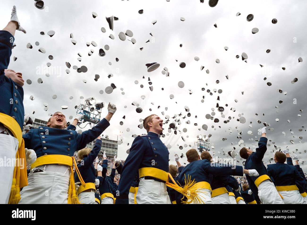 Kadetten feiern ihren Abschluss von der United States Air Force Academy, 23. Mai 2012. (BSLOC_2015_13_285) Stockbild