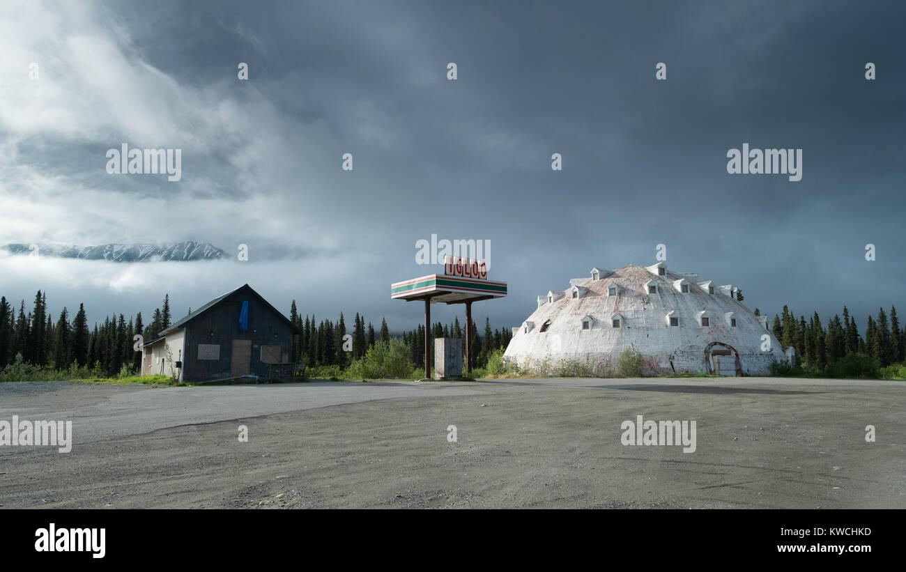 Verlassene Tankstelle in Alaska unter einem Himmel mit dramatischen Wolkenbildung. Stockbild