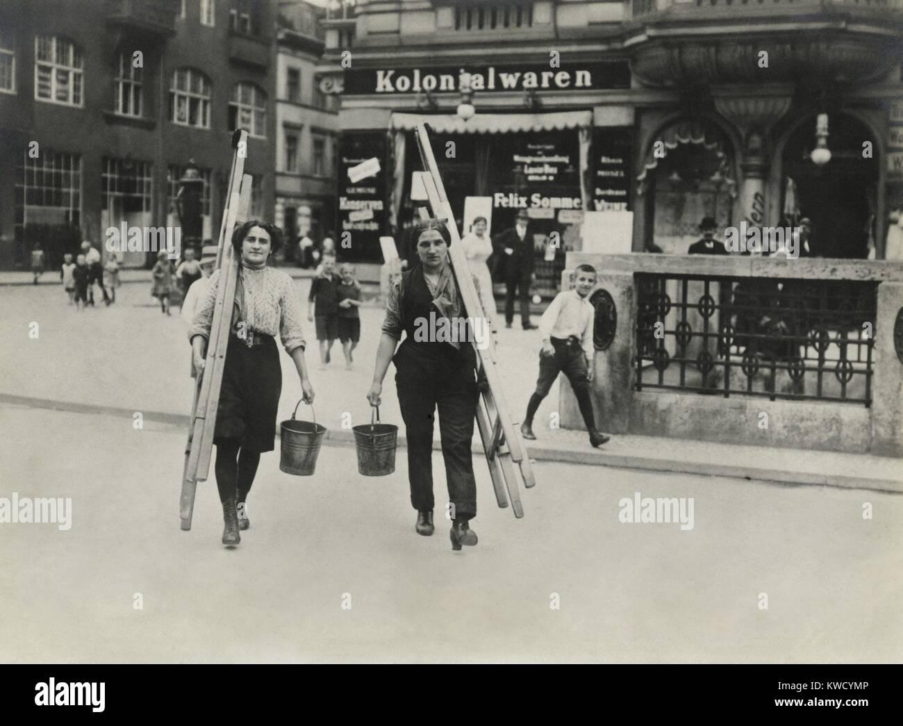 Deutsche Frauen Fensterputzer Für Arbeit Gekleidet Tragen Ihre