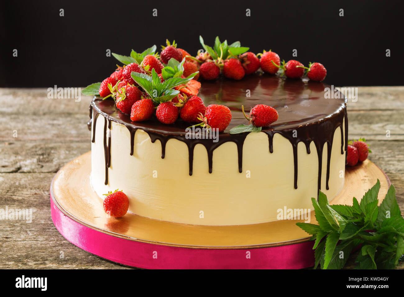 Schonen Kuchen Mit Schwarzer Schokolade Mit Erdbeeren Und Minze