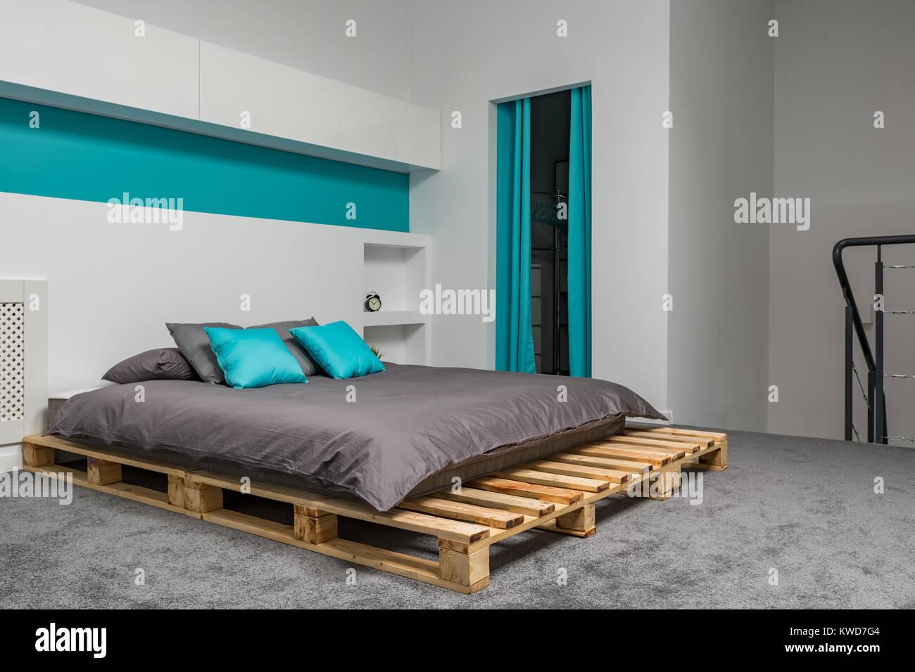 Schlafzimmer mit Doppelbett und großen Palette türkis Details ...