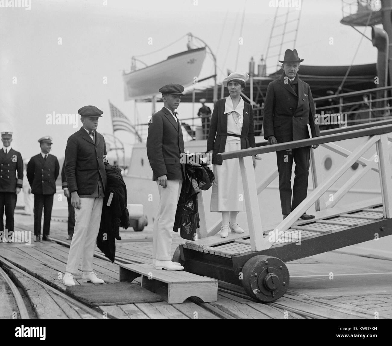 Präsident Calvin Coolidge, seine Frau Grace, und Söhne John und Calvin jr., Vorstand der Mayflower. Sept. Stockbild