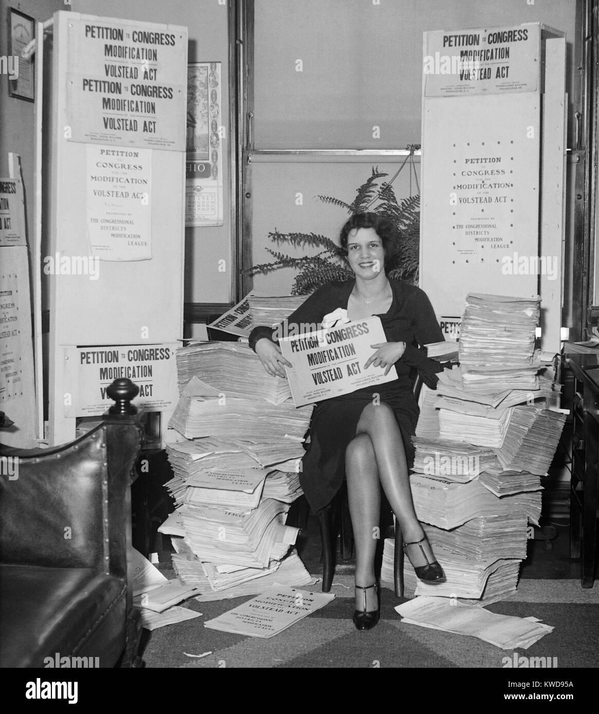 """Frau mit einem 'Petition an den Kongress/Modifikation, Volstead Handeln."""" Es wäre das Brauen von Bier Stockbild"""