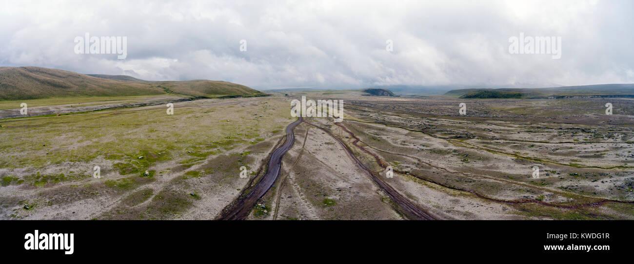 Luftbild mit Blick auf eine Ebene mit vielen Schluchten und eine unbefestigte Straße an der Basis der Vulkan Stockbild