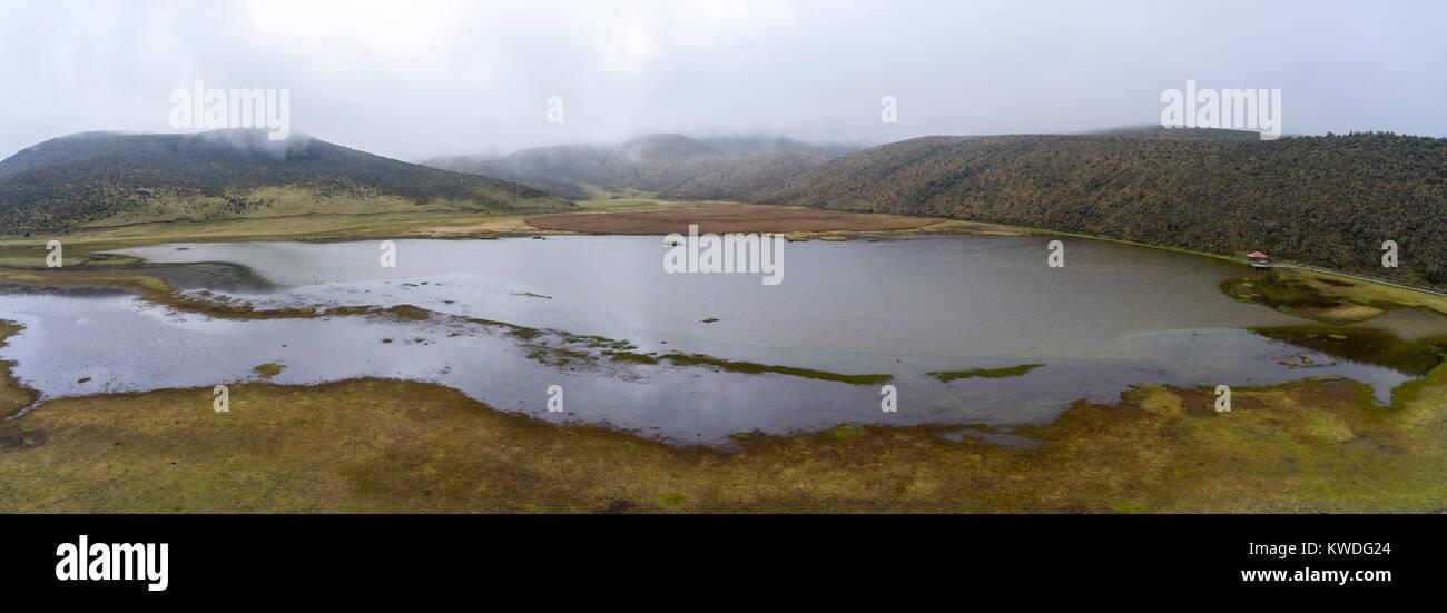 Luftaufnahme der Laguna Limpiopungo in der Nähe von Vulkan Cotopaxi, Ecuador an einem bewölkten Tag. Stockbild