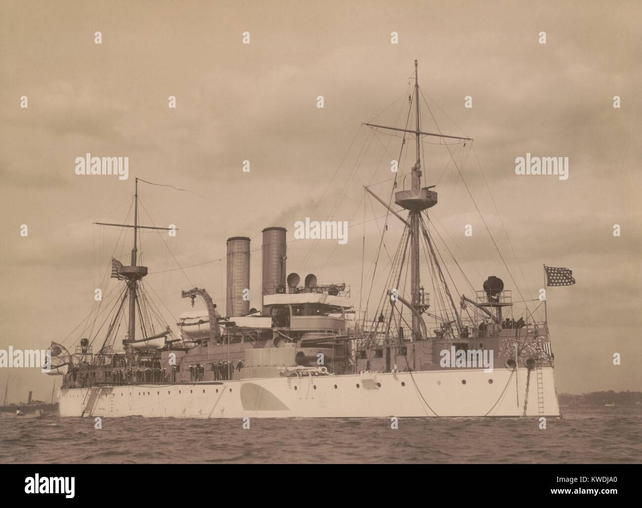 USS Maine vor Anker in einem US-Hafen, C. 1896. 1895 beauftragte sie einen war 2. Klasse Schlachtschiff (BSLOC_2017 Stockbild