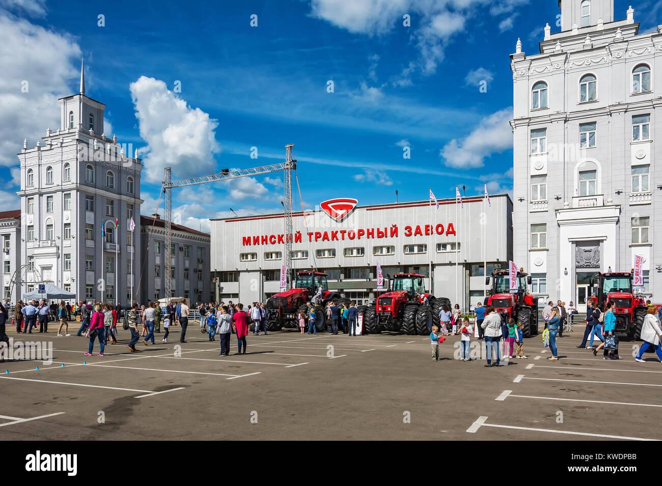 Belarus, Minsk - 27.05.2017: Ausstellung von Traktoren auf den ...