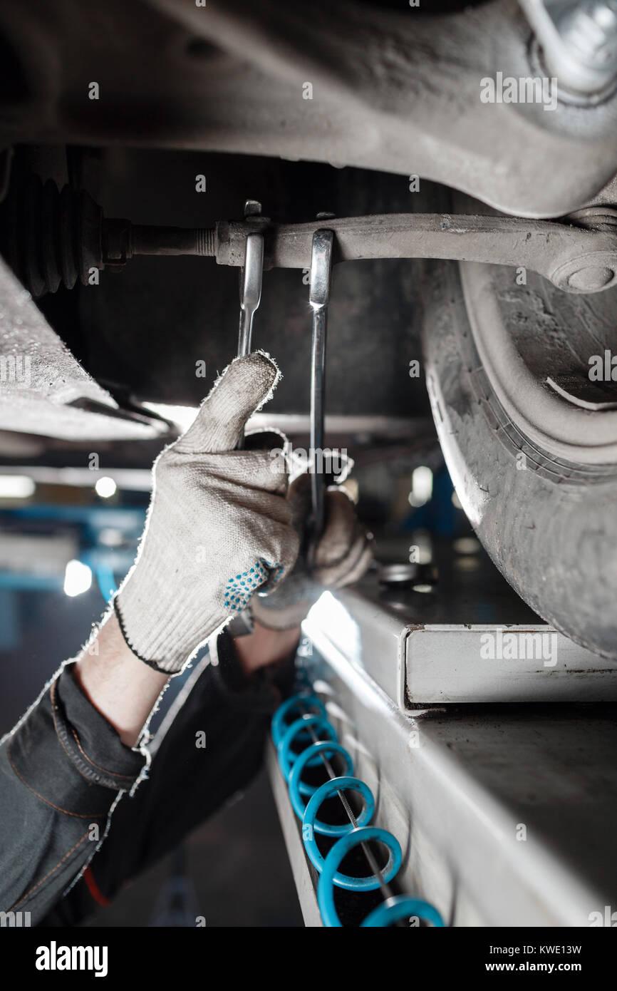 Automechaniker Prüfung auto Aussetzung der hob Auto mit Reparatur Service station Stockbild