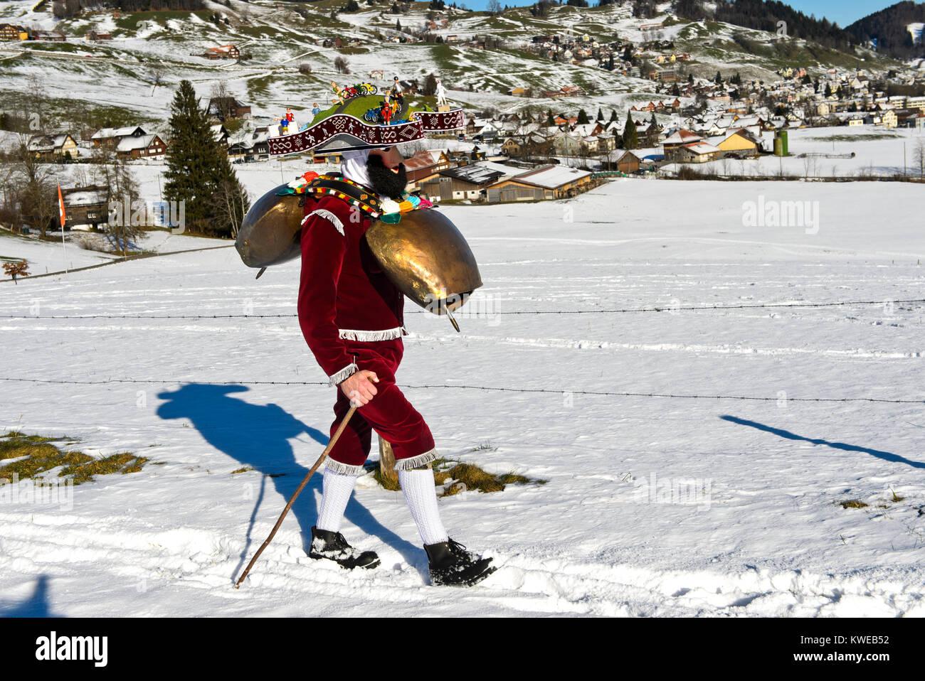 Schellenklaus, Hl. Silvester mummer mit großen bellls, Alte Sylvester Prozession, Urnäsch Silvesterkläuse, Stockbild