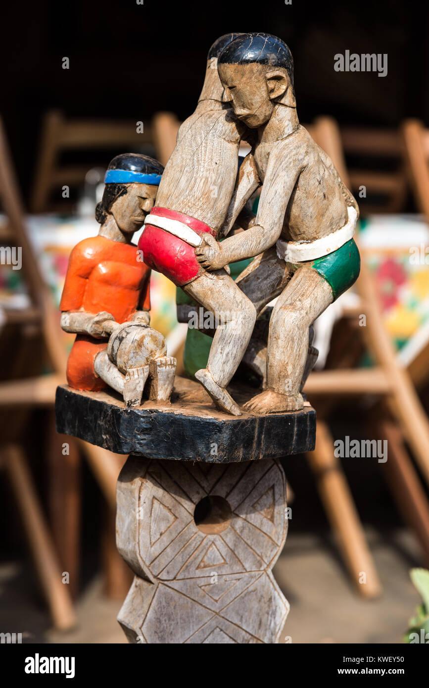 Hölzerne Figuren in bunten Farben zeigen traditionelle Madagassische leben. Madagaskar, Afrika. Stockfoto