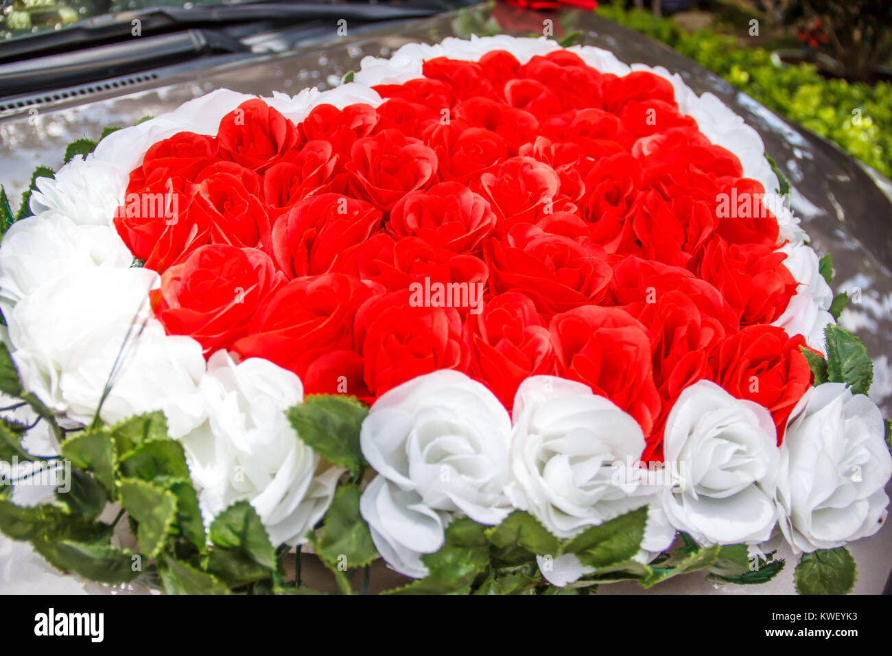 herzf rmige rote und wei e rosen blumen hochzeit blumenstrau vor das auto des frisch verm hlte. Black Bedroom Furniture Sets. Home Design Ideas