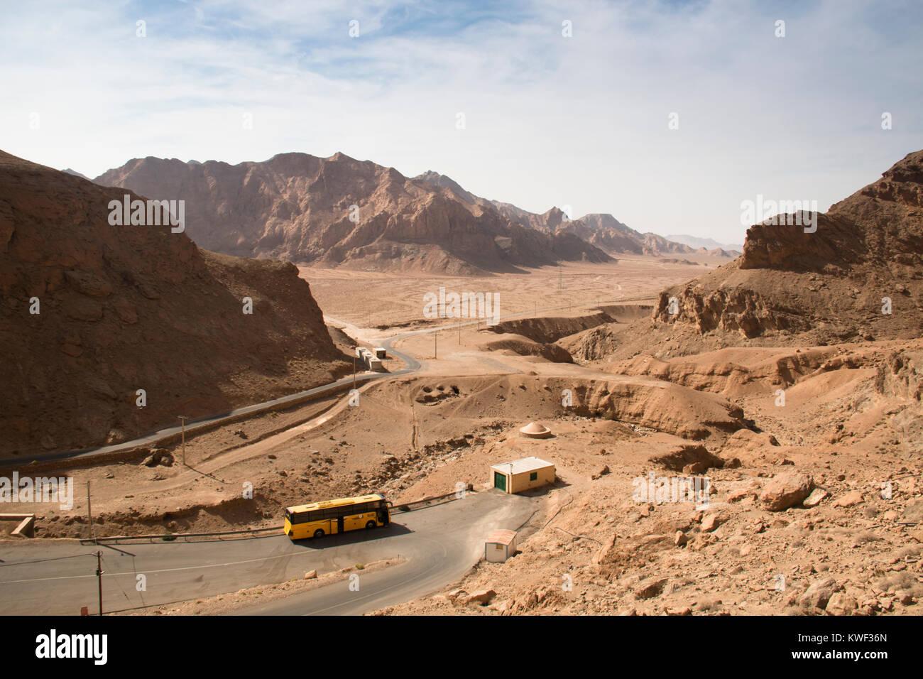YAZD, IRAN - NOVEMBER 2017: Blick über die Bafgh Wüste in der Nähe der antiken Stadt Yazd im Iran Stockbild
