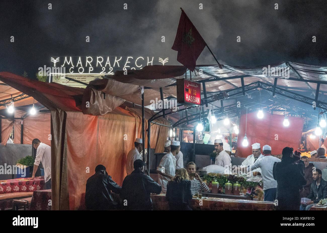 Cop 22 Klimakonferenz in Jemaa el Fna, dem Platz mit outdooor Restaurants Stockbild