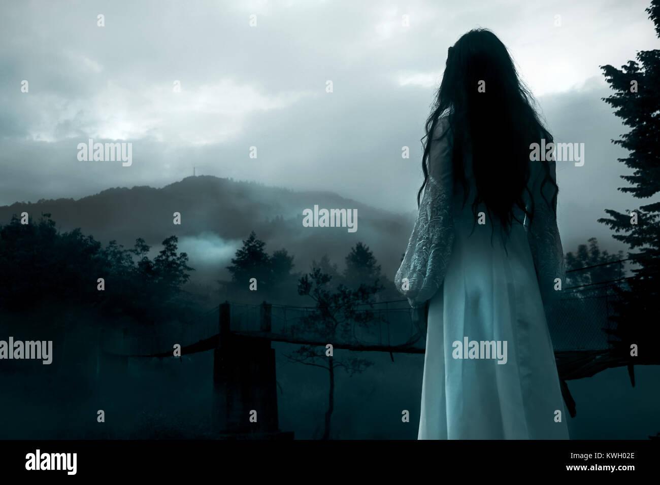 Geheimnisvolle Frau in weißem Kleid Stockbild