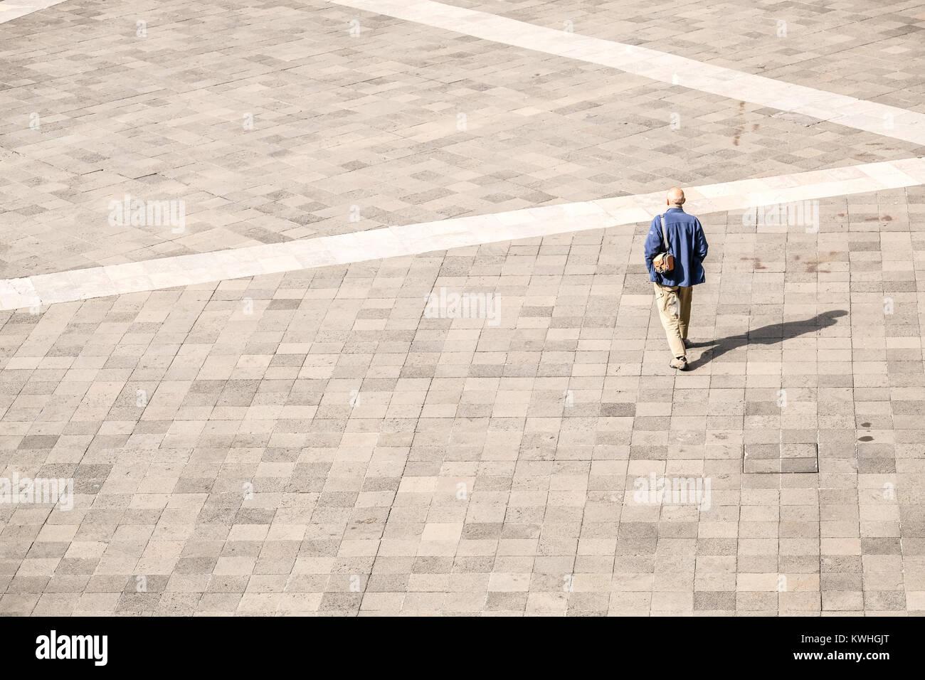 Ein einsamer Mann auf leerem Feld Stockbild
