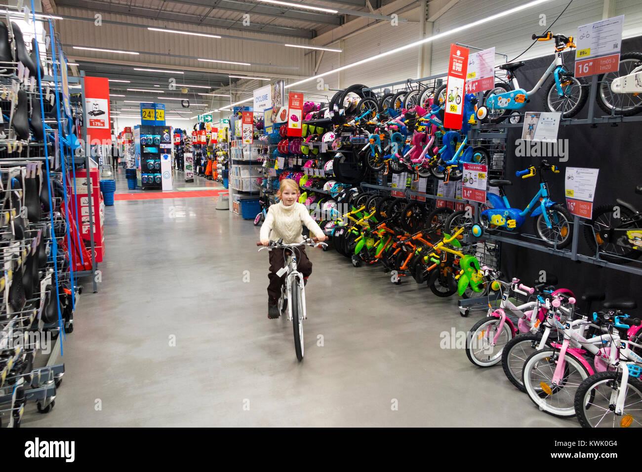 39ac88142a50f6 Kinder Fahrt neue Fahrräder auf Verkauf im Decathlon store shop Sportgeräte  Händler in Frankreich   Französische Superstore in Grésy-sur-Aix.  Frankreich.