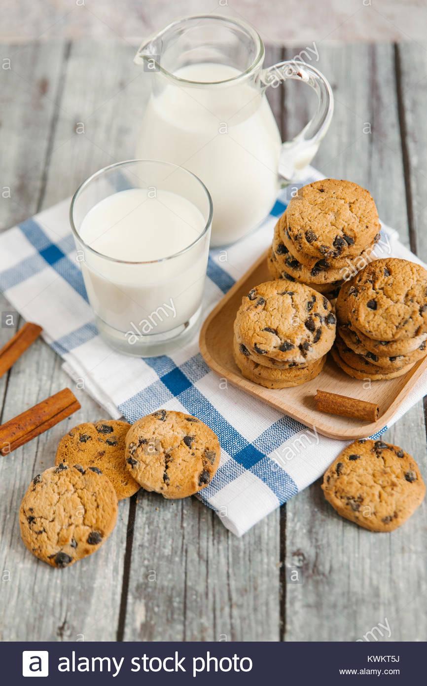 Hohe Betrachtungswinkel von Cookies und Milch am Tisch Stockbild
