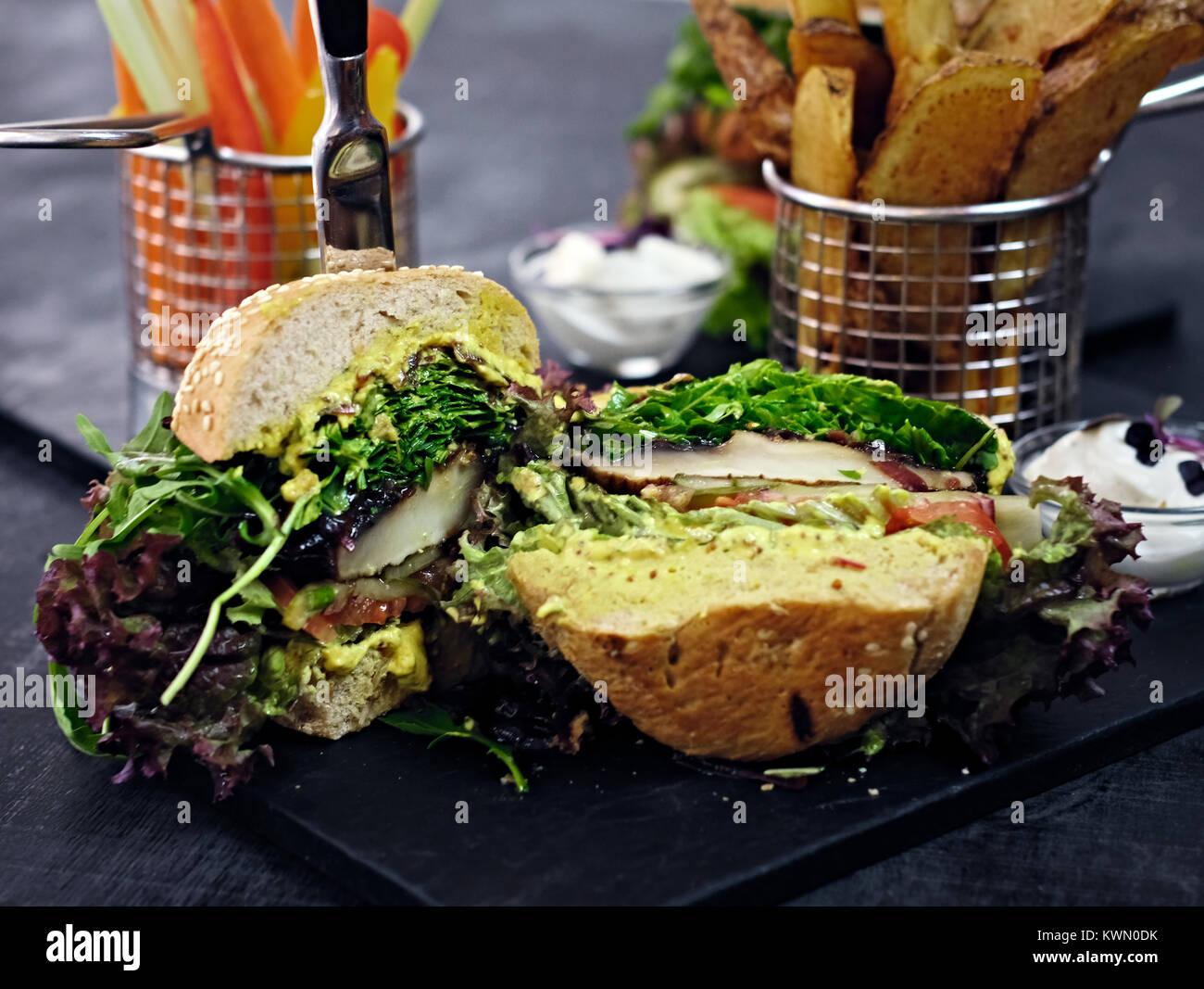 Vegan Pilz Burger mit Salat Stockbild