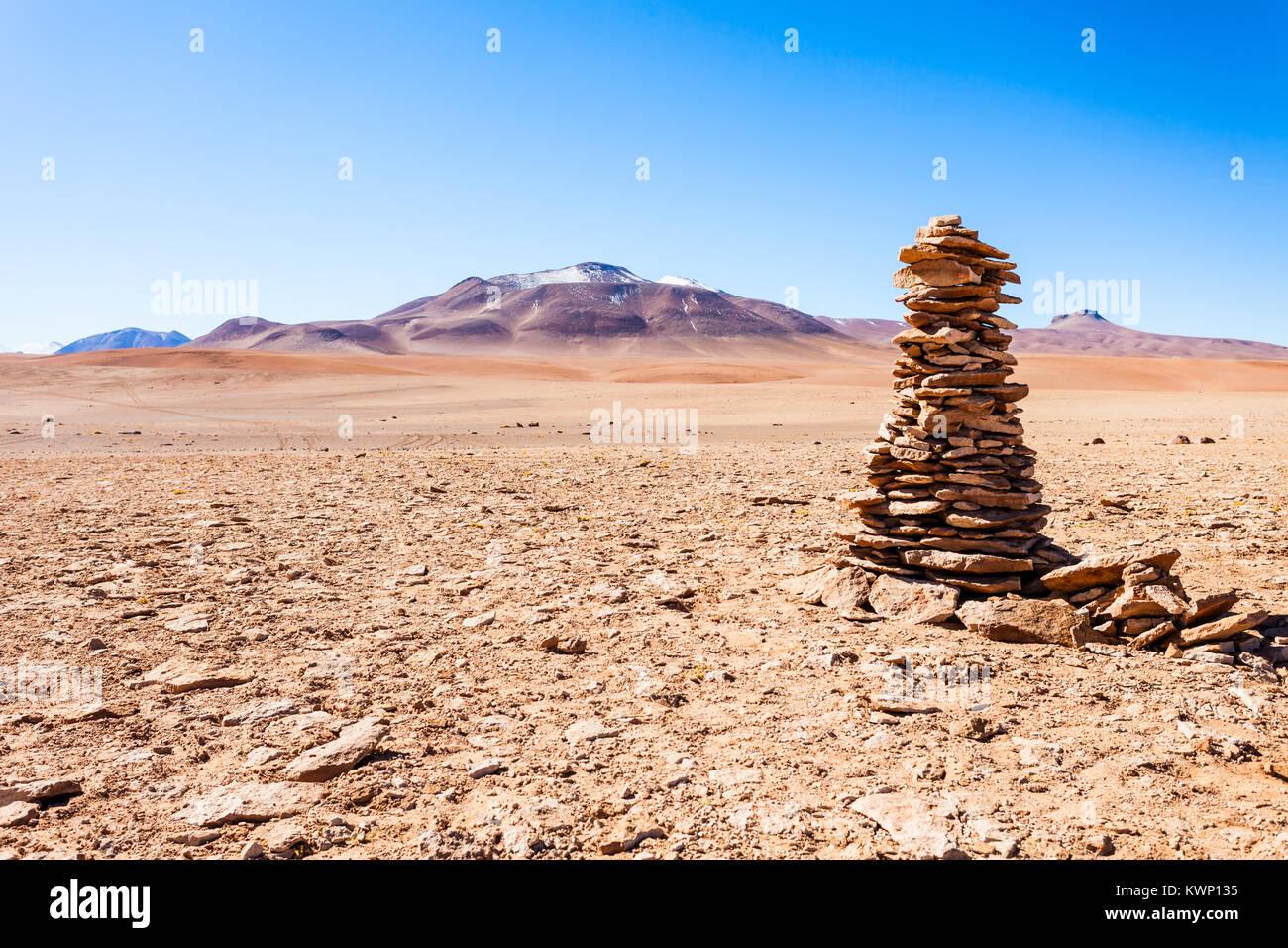 Steine unterzeichnen und Vulkane im Altiplano, Bolivien Stockbild