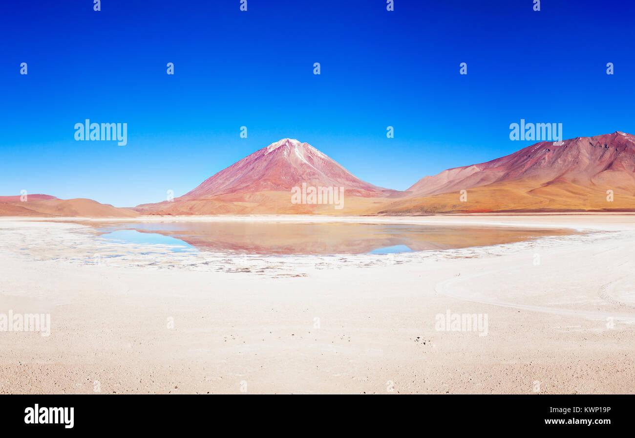 Licancabur Vulkan und Laguna Verde (Grüner See), Altiplano, Bolivien Stockbild