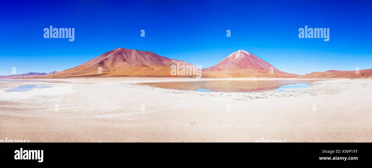 Laguna Verde (Grüner See) und der Licancabur Vulkan im Altiplano von Bolivien Stockbild