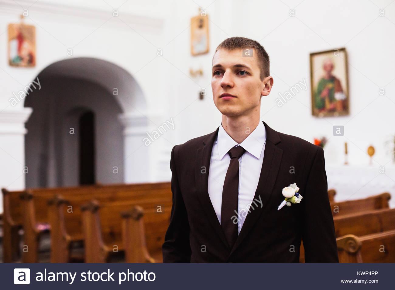 Der Brautigam In Einem Braunen Anzug In Der Kirche Kreative