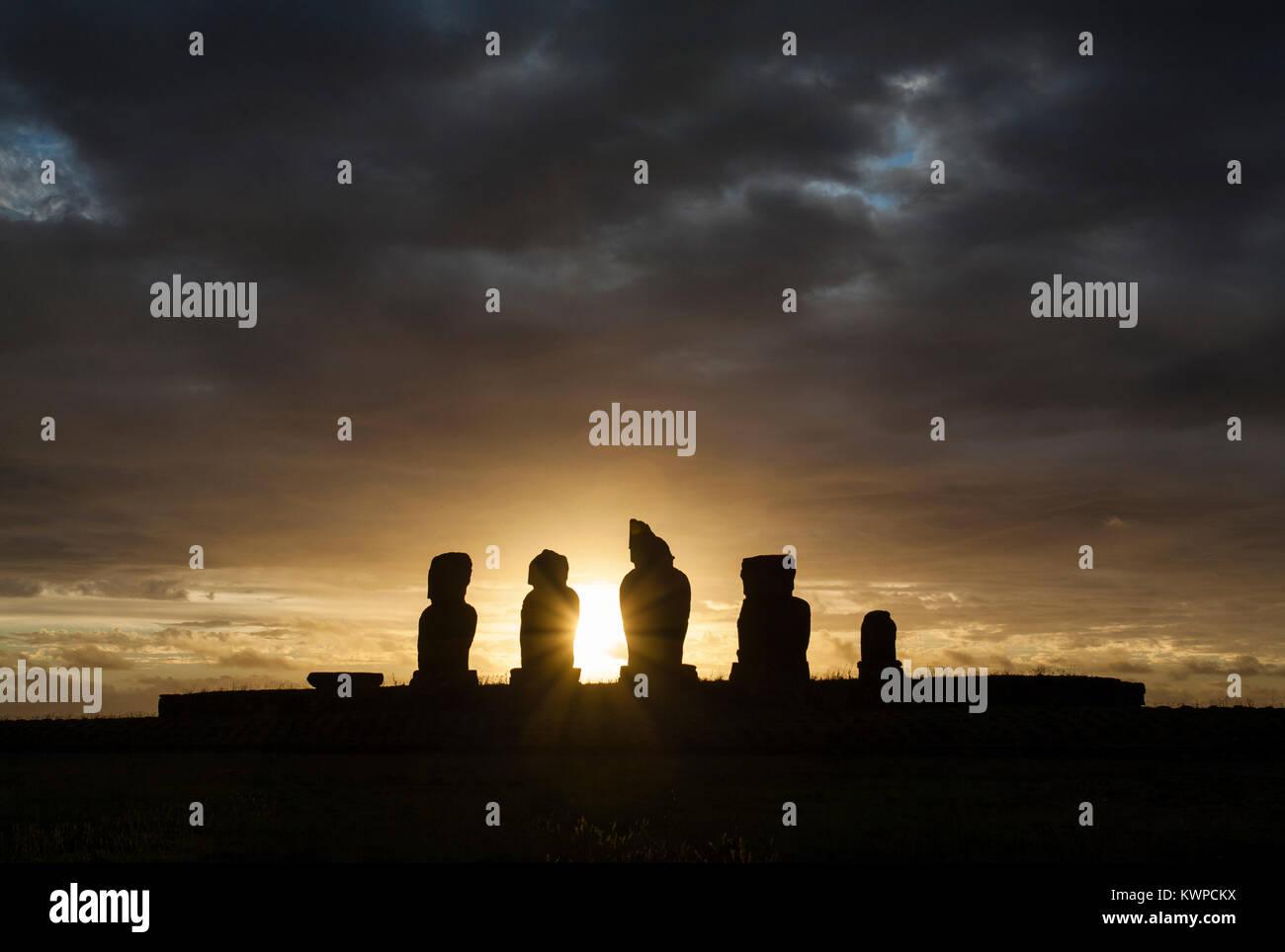 Sonnenuntergang an der Statuen von Ahu Tahai in Osterinsel (Rapa Nui/Isla de Pascua), Chile Stockbild