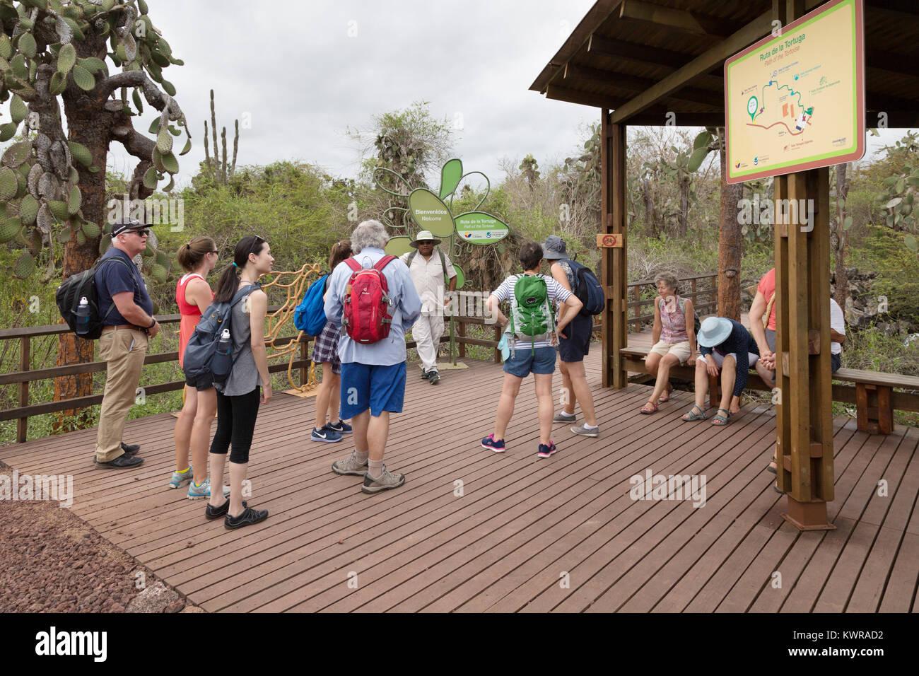Touristische Gruppe an der Charles Darwin Research Station, Santa Cruz Insel, Nationalpark Galápagos, Galapagos, Stockbild