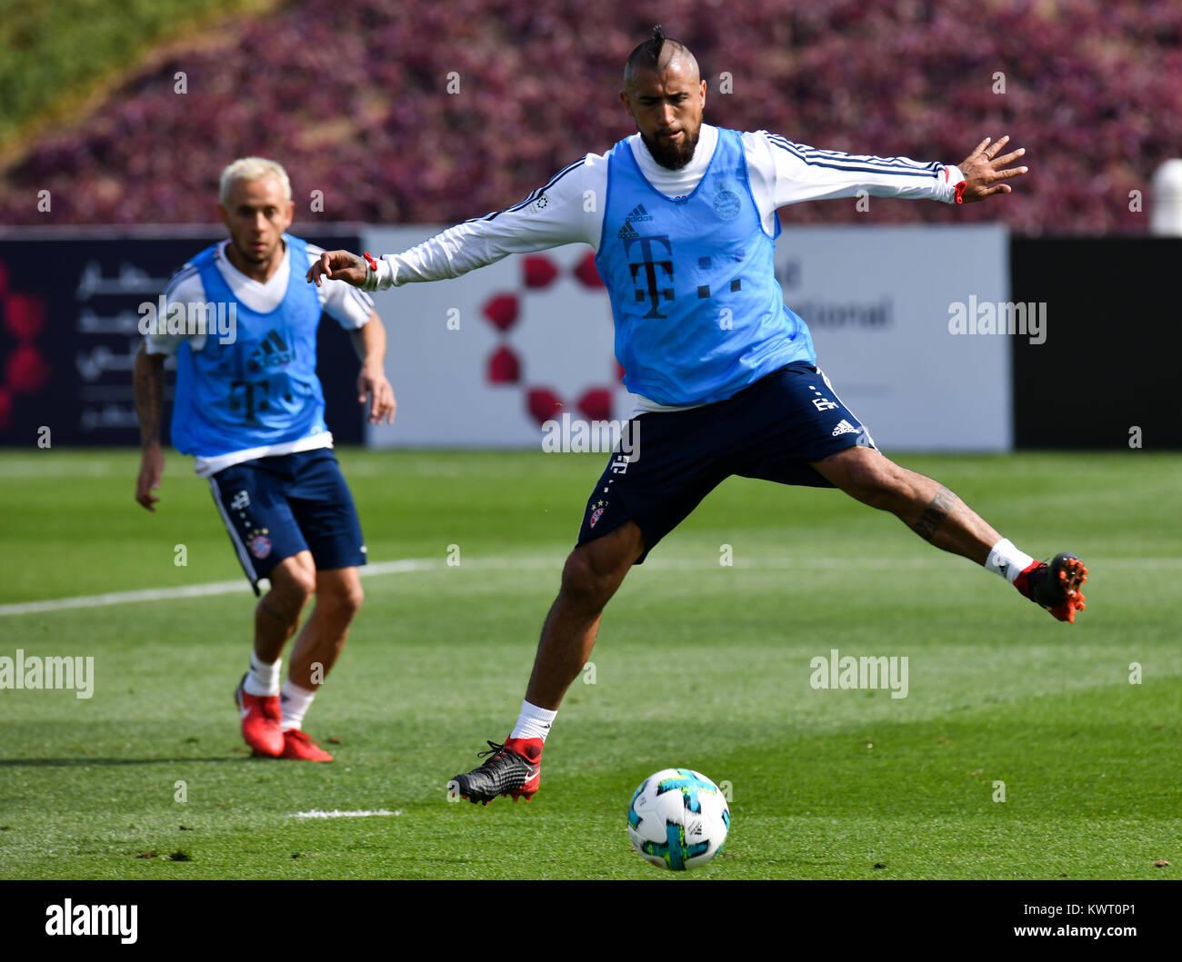 Doha, Qata. 5 Jan, 2018. Bayern München Arturo Vidal (R) nimmt Teil ...