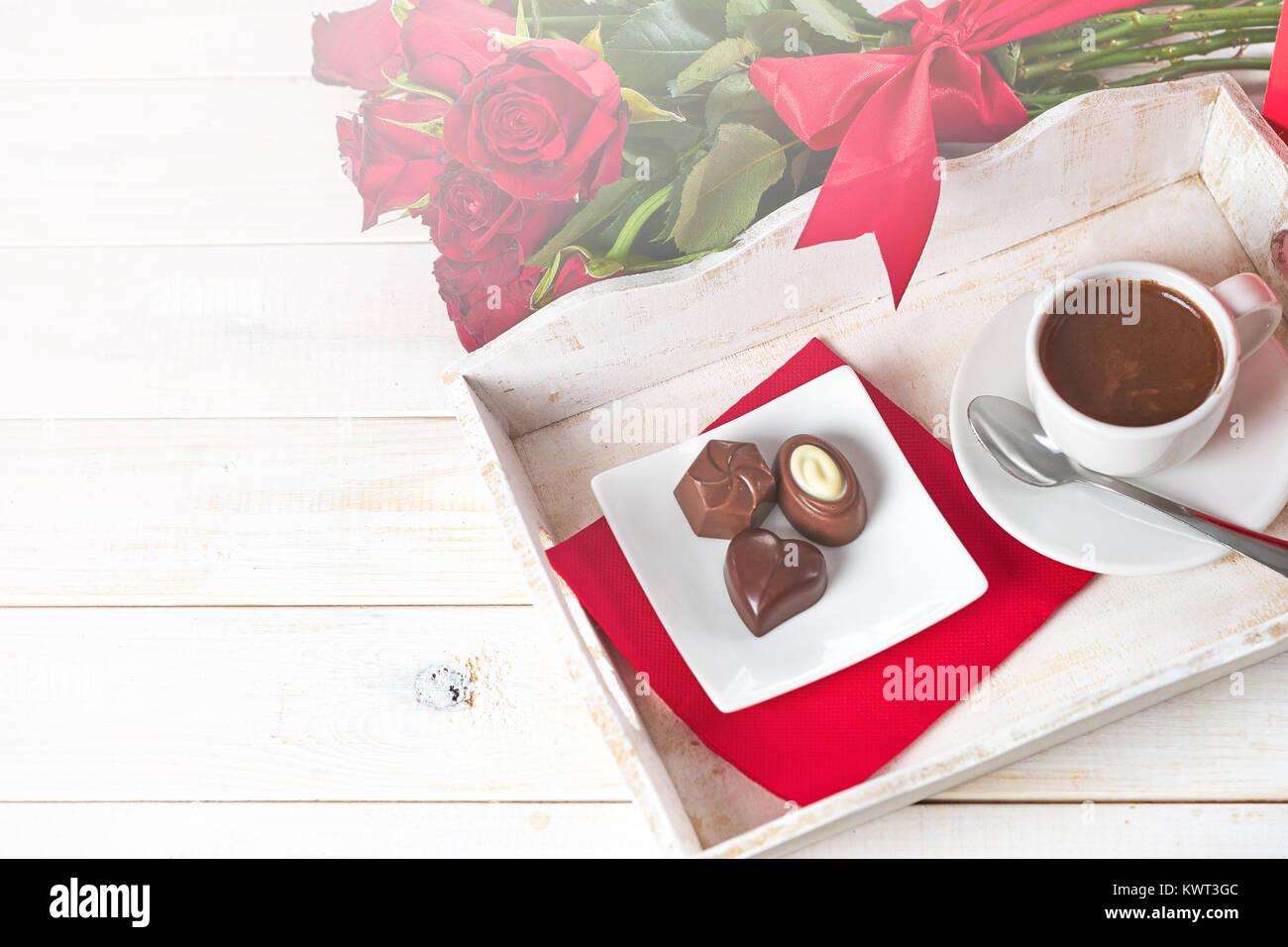 Blick von oben auf die Schokolade Bonbons und Kaffee Stockbild